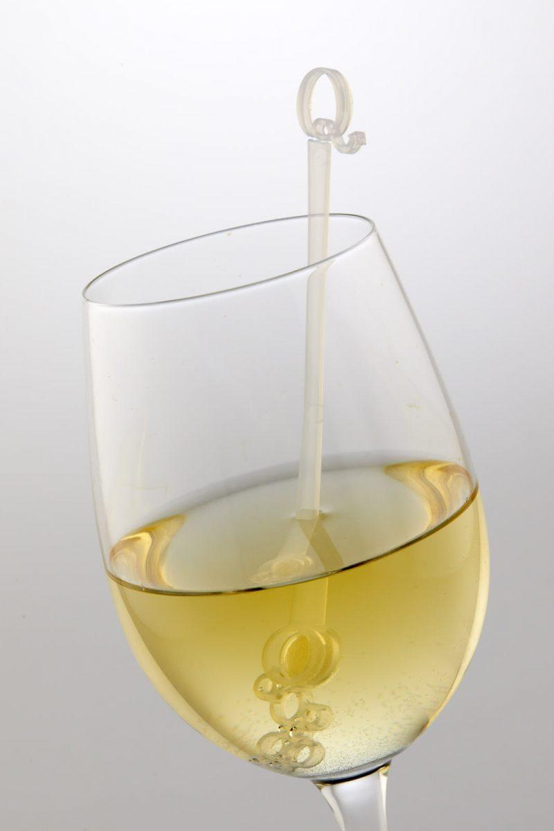 StiQit sulfite removal device in glass of white wine