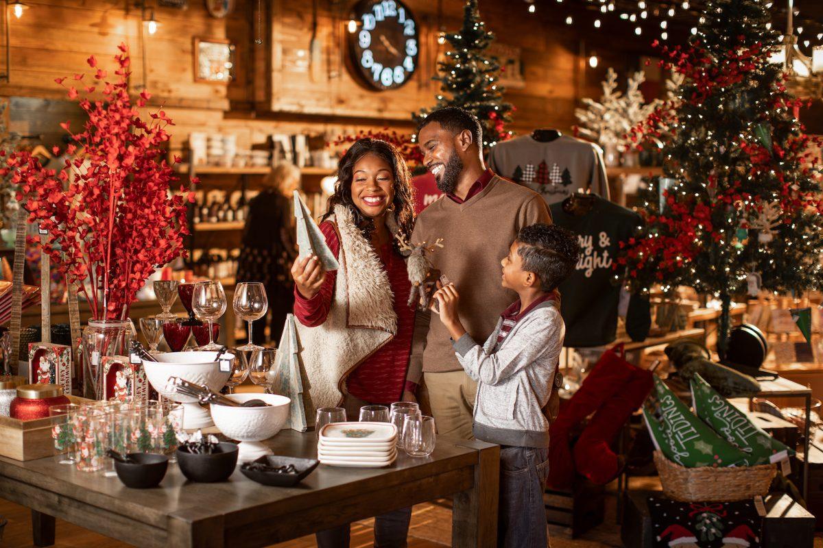 Family holiday shopping in Fredericksburg
